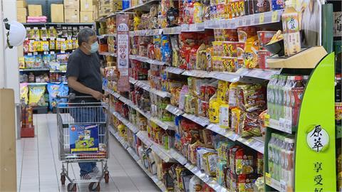 颱風來襲! 賣場湧採買人潮、工作人員忙補貨