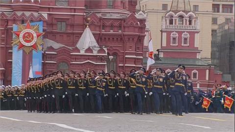 俄羅斯戰勝納粹76週年大閱兵 蒲亭展現暖男形象替老兵披外套