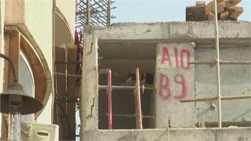 誇張!埃及建高架橋竟緊貼民宅陽台