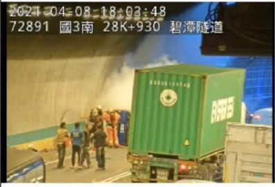 快新聞/國3南向小貨車火燒車 碧潭隧道嚴重回堵6公里