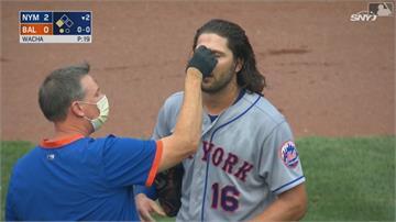 好痛的意外! 外野手撞全壘打牆.擦棒球打中右眼
