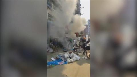緬甸鎮壓更殘暴 民眾自製汽油彈反擊 翁山蘇姬又被控收賄