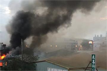 濃煙竄天 烏日汽車材料倉庫遭火吞噬