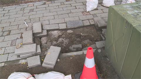 人行道竟現1米深坑洞!公所人員踩空掛彩 初判漏水掏空地基