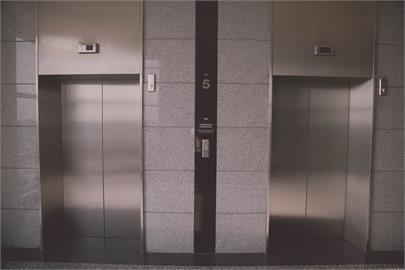 電梯「吃人」?13歲少年困8分鐘沒人管?鑽縫自救墜20公尺亡