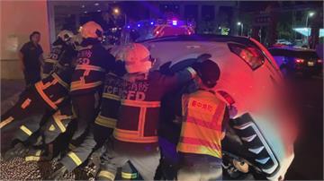 3車搶快闖紅燈撞成一球女乘客慘卡車底 警消抬車救人