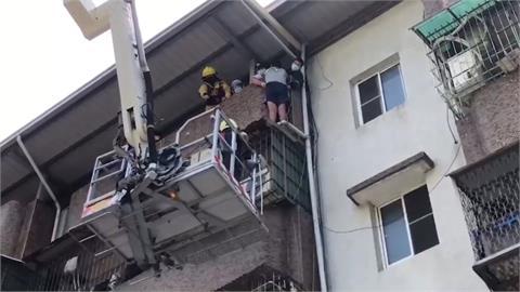 高雄男卡5樓遮雨棚 出動雲梯車脫困 竟是為了撿一枚10元銅板!
