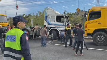 咳到翻車?國3龍井段 貨櫃車撞破隔音牆翻覆