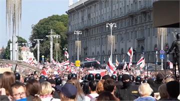 白俄總統生日十萬人示威 當局出動坦克威嚇