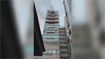 虛驚!大樓火警竄濃煙 一家四口窗邊呼救平安救出