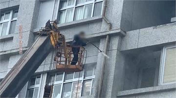 18公尺高清洗醫院外牆「無防護」! 沒戴安全帽、沒繫安全帶「好危險!」
