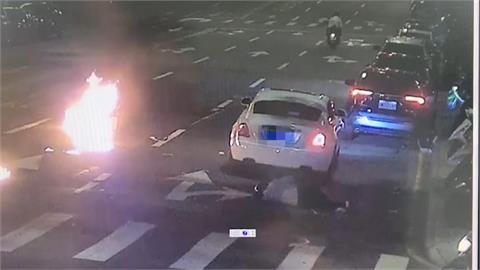 警界高官兒疑違規左轉遭撞 人車噴飛當場起火