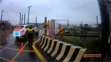 駕駛車卡平交道驚呆 員警路過「神救援」