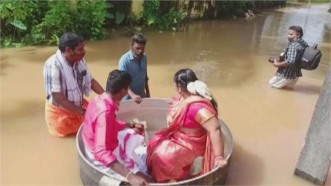 怕暴雨壞了良辰吉時!  印度新人搭鍋子涉水結婚