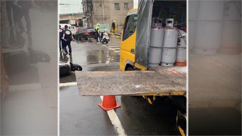 悚!工程車未收升降台 騎士摔車遭貨櫃車輾過