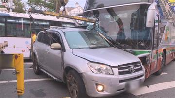 台中客運攔腰撞上休旅車  1駕駛3乘客送醫