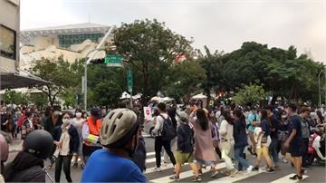 人潮湧入音樂節與市集 南美館2館周邊交通塞爆