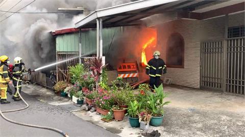 快救火!鐵皮屋濃煙直竄天際 眼看快燒到民宅
