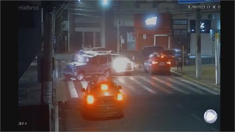 巴西銀行搶案武裝搶匪逃逸 沿途設爆炸物、人質綁車頂