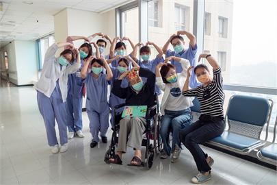 快新聞/一度重症!102歲人瑞爺爺擊敗病毒出院 雙和醫療團隊超振奮