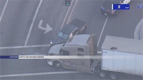 猛!路邊見警追逐槍擊嫌犯  卡車司機開到路口成功堵人