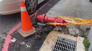 場面超混亂!醫院接駁車撞斷消防栓「湧泉大噴發15分鐘」店家慘淹