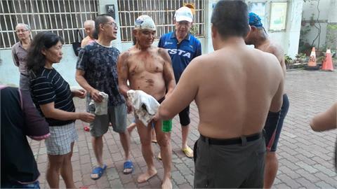 西子灣晨泳後全身染黑 海保署急召吸油清理