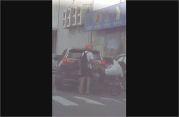 快新聞/不爽騎士綠燈晚啟動 男子將人推下車撿安全帽K人…車上小孩嚇傻哭喊「爸爸」