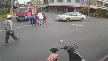 嬤推嬰兒車過馬路 遭自小客撞飛幸好祖孫僅輕傷 警釐清肇責!