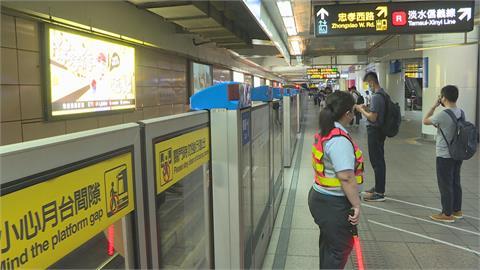 週一上班日!  北捷離峰減班運量再減4成 乘客自主「梅花座」