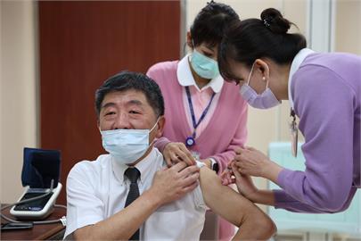 快新聞/陳時中施打AZ疫苗畫面曝光! 笑讚醫護功夫好「真的有打嗎」