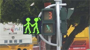 交通號誌「小綠人」擺脫單身!帶著女友一起跑