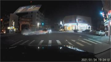 囂張!駕駛闖紅燈後 竟在路口甩尾燒胎