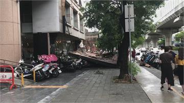 台中大雨打落招牌 砸中20多輛機車