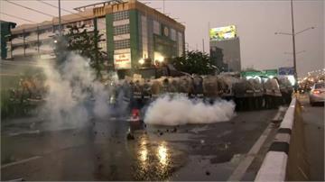 泰國示威!民眾要求泰王放棄軍權 警祭水砲、催淚瓦斯驅離