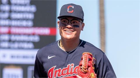 MLB/單季9轟立下台將新里程碑 張育成獻暖心將義賣「全壘打球棒」