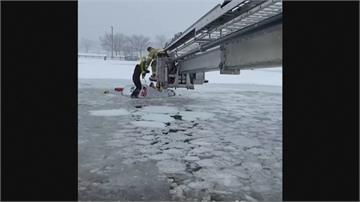 冬季風暴肆虐 美國史丹福市貨車掉結冰河2受困