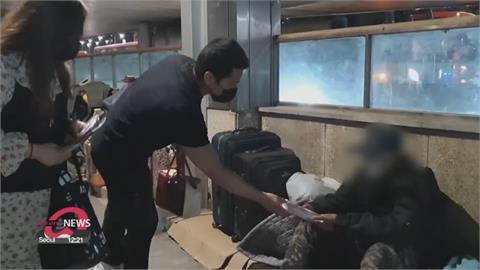 慈善廚房因疫情關閉 南韓首爾志工自發上街送食物