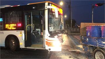 豆渣飛濺噴滿路! 清晨公車撞豆渣車三人傷