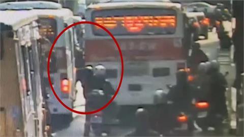 叭一聲! 騎士怒噍公車司機 雙方大街開打