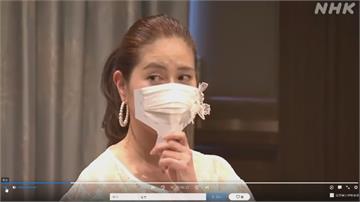 日本防疫無極限!邊吃邊聊天 「手拿式口罩」宛如扇子遮臉