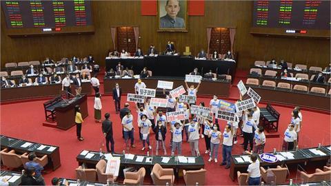 國民黨立委撕報告杯葛議事!公督盟譴責:為什麼這麼怕辯論?