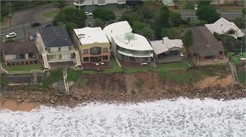 澳洲海岸大浪不斷 民宅後院坍塌