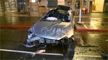 疑車速過快 情侶駕租賃車自撞側翻受困