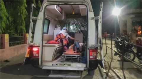 印度「單日41萬確診」又創新高!醫療資源匱乏 嘟嘟車變救護車配氧氣瓶