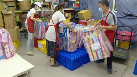 太暖心! 玩具銀行送玩具給集檢所孩童
