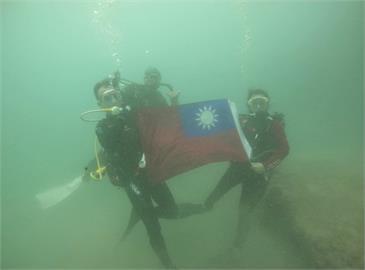 快新聞/超特殊!  屏東潛水客「水底升旗」賀雙十國慶