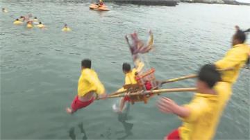 快新聞/慶元宵!野柳「神明淨港」6神轎跳入海 重現百年經典畫面
