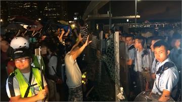 中環碼頭「割地送中」生效!港人與警深夜再爆衝突
