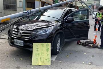 快新聞/怪手勾到電線「電線桿被拉倒砸車」 受害駕駛嚇壞:當時在車內全身發抖